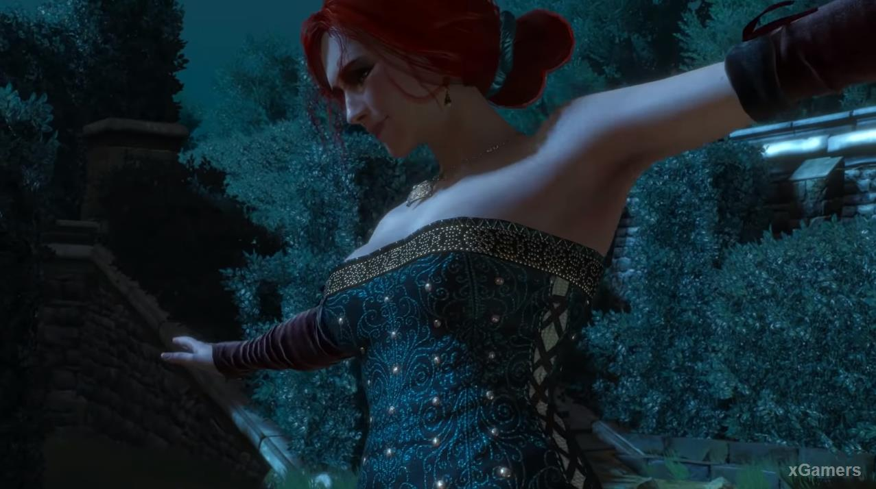 Triss walking along the edge of the fountain